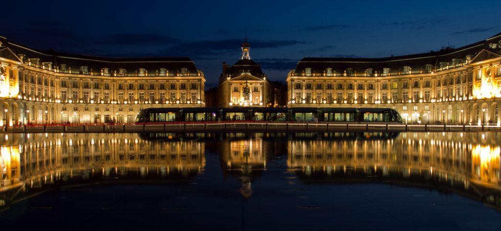 Miroir_d'eau_place_de_la_bourse_à_Bordeaux